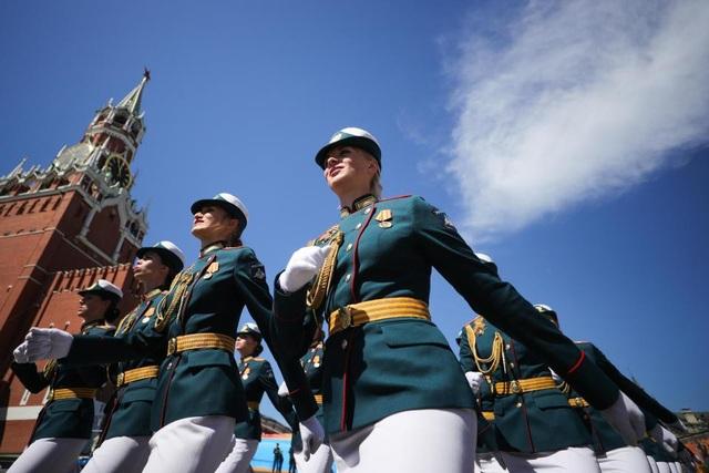 Các nữ quân nhân diễu hành tại buổi lễ duyệt binh được tổ chức tại Quảng Trường Đỏ, Moscow. Đây cũng là sự kiện mà Tổng thống Nga Vladimir Putin đã tham gia. (Ảnh: Getty)