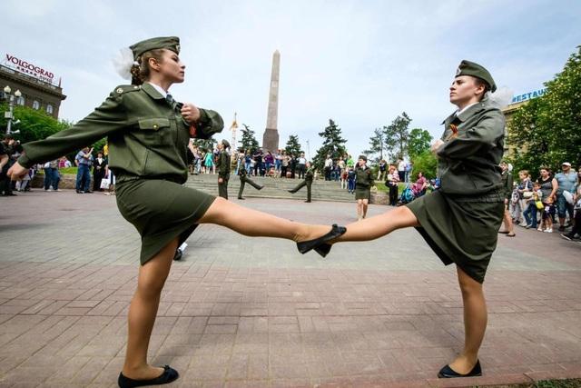 Các nữ thiếu sinh quân cũng tham gia buổi duyệt binh quy mô lớn tại Volgograd (Ảnh: AFP)