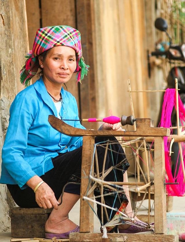 Người dân ở đây vẫn tự tay dệt quần áo, khăn cho gia đình mình.
