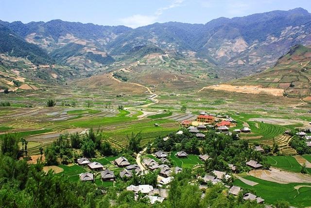 Con đường xuyên qua thung lũng Cao Phạ để tới bản Lìm Mông.