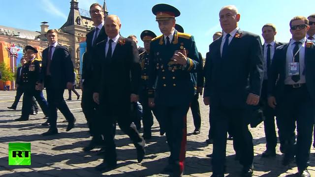 Tổng thống Putin trò chuyện cùng Thiếu tướng Syrkashev khi rời Quảng trường Đỏ hôm 9/5 (Ảnh: RT)