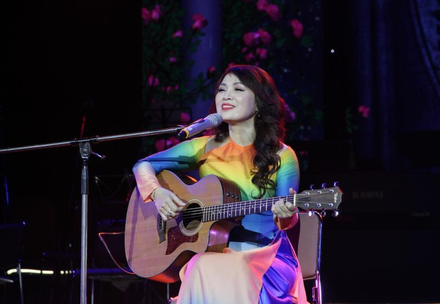 Hình ảnh NSND Thái Bảo với cây đàn guitar thể hiện những ca khúc về Bác Hồ gây ấn tượng với nhiều thế hệ khán giả.