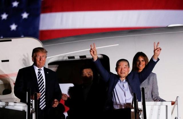 Tổng thống Mỹ Donald Trump và Đệ nhất phu nhân Melania đích thân ra sân bay đón 3 công dân được Triều Tiên phóng thích. (Ảnh: Reuters)