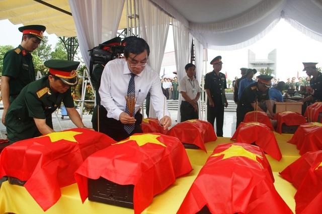 Ông Nguyễn Đức Chính - Chủ tịch UBND tỉnh Quảng Trị và các thành viên cử hành lễ dâng hoa, dâng hương