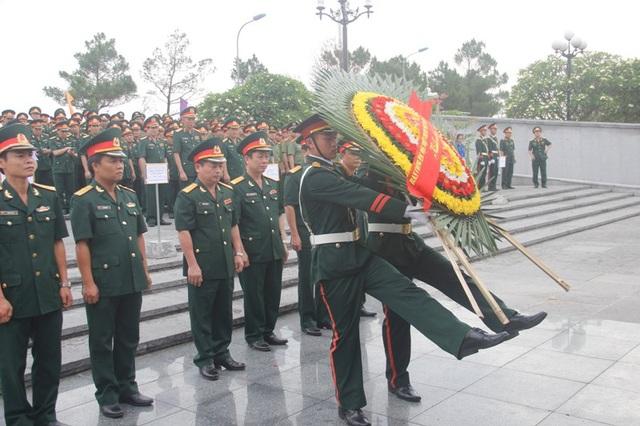 Lãnh đạo Ban Công tác đặc biệt dâng hoa tri ân liệt sĩ