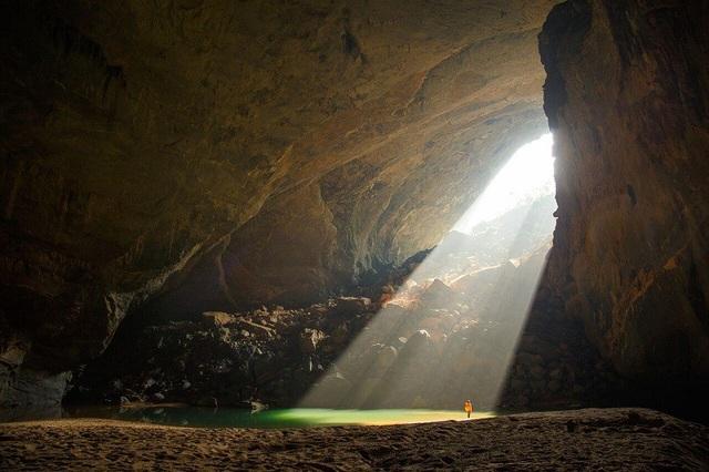 Kích thước khổng lồ của hang cũng giúp cho các đám mây hình thành ngay trong hang từ các mạch sông ngầm. Các đám mây này lớn dần, phủ khắp các khoang lớn nhất của hang động, tạo nên cảnh tượng mờ ảo, ngoạn mục cho du khách được chiêm ngưỡng.