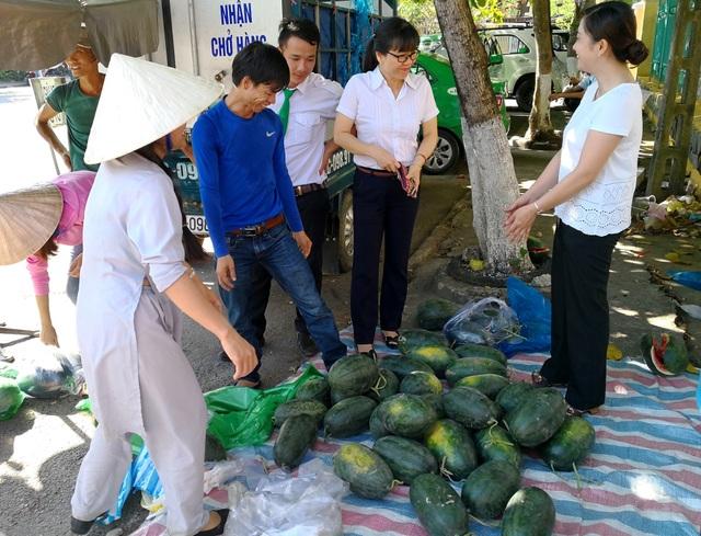Phụ nữ Hội An bán dưa hấu giúp bà con nông dân