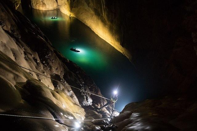 Các đặc điểm vĩ đại khác của hang làm cho Sơn Đoòng trở thành một tác phẩm thiên nhiên tuyệt vời chính là hệ thống sông ngầm, các khối thạch nhũ khổng lồ, các hố sụt và giếng trời tự nhiên. Hang Sơn Đoòng lớn đến mức có thể chứa cả toàn nhà chọc trời 40 tầng của thành phố New York, Mỹ.