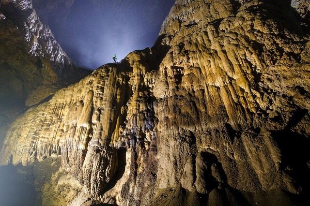"""Hang Sơn Đoòng còn sở hữu một hệ thống sông ngầm lớn, được hình thành bởi sự giao thoa của 2 con sông. Cuối hang là bức tường đá vôi cao 90 mét, hay còn gọi là """"Bức Tường Việt Nam""""."""
