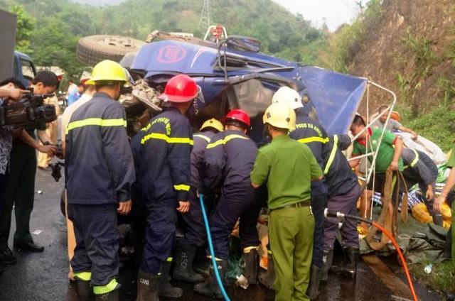 Lực lượng chức năng phá cabin cứu tài xế xe tải bị mắc kẹt bên trong.