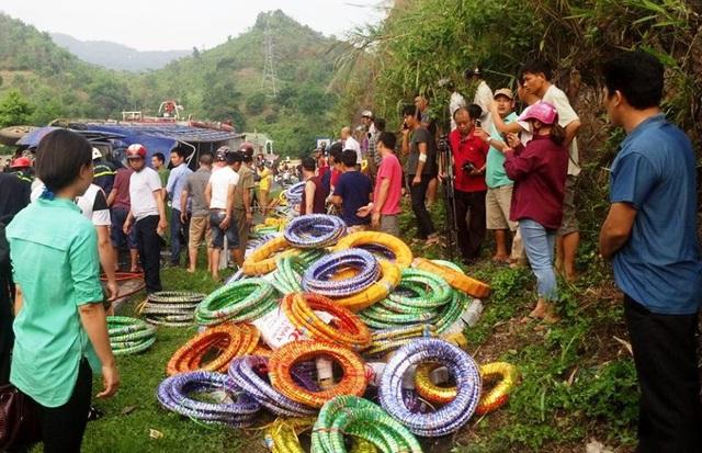 Người dân hiếu kỳ kéo đến xem vụ tai nạn.