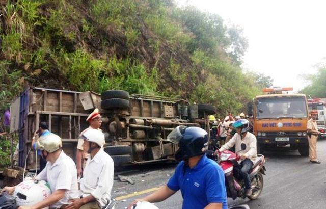 Chiếc xe tải BKS 29C - 752.09 sau khi bị tông đã lật nghiêng, tài xế mắc kẹt trong ca bin.