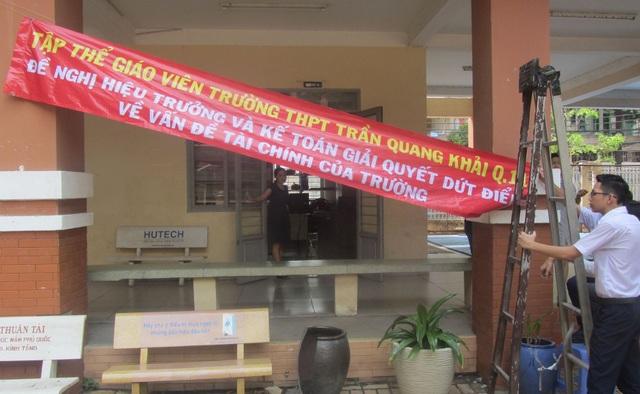 Giáo viên Trường THPT Trần Quang Khải, TPHCM treo băng rôn đòi hiệu trưởng công khai tài chính vào chiều 11/5