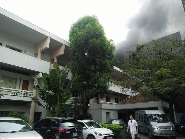 Đám cháy cùng ngọn khói bốc cao khiến hàng trăm công nhân cùng người dân hoảng sợ.