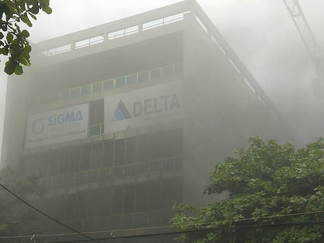 Khói bao trùm xung quanh khu công trình đang xây dựng bên trong Bệnh viện Việt Pháp.