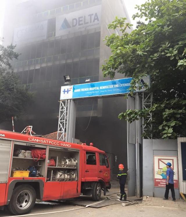 Hiện trường vụ cháy công trình xây dựng bên trong Bệnh viện Việt Pháp (Ảnh: Hùng Nguyễn).