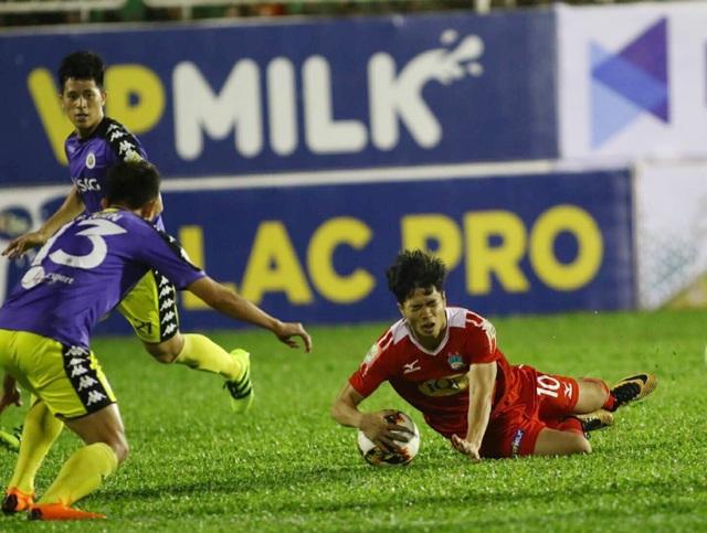 Trận đấu giữa HA Gia Lai và CLB Hà Nội nhiều tranh cãi đến kỳ lạ