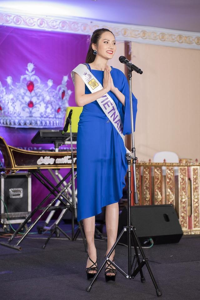 Cô cũng không quên mời mọi người cùng đến thăm đất nước Việt Nam xinh đẹp và khẳng định Việt Nam đang là một điểm đến du lịch hấp dẫn trên thế giới.