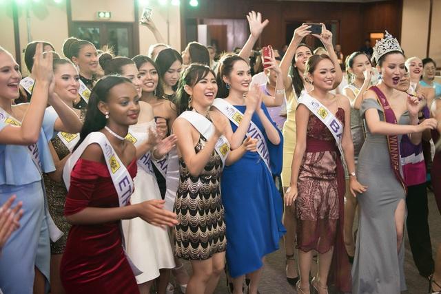 Đại diện Việt Nam đặc biệt thân thiết với các đại diện châu Á như Myanmar, Thái Lan, Singapore, Mông Cổ... Diệu Linh cũng bật mí cô ở cùng phòng với đại diện Costa Rica (quốc gia ở Trung Mỹ), một cô gái ngọt ngào và rất xinh đẹp. Các người đẹp đã cùng nhau ca hát, nhảy múa ở cuối chương trình.