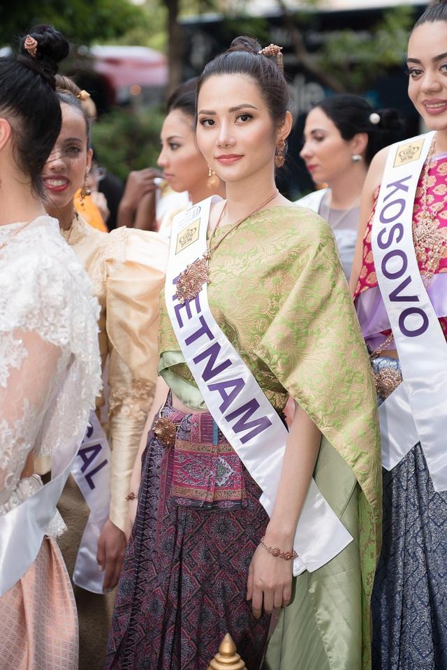Đại diện Việt Nam trở nên xinh đẹp và nổi bật trong bộ quốc phục của người Thái Lan. Diệu Linh gây chú ý với các du khách và người dân Thái Lan bởi nụ cười tươi tắn, rạng rỡ và phong thái thân thiện.