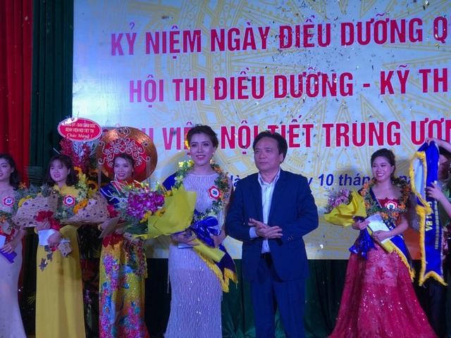 PGS.TS Trần Ngọc Lương trao giải nhất Hội thi. Ảnh: H.Hải
