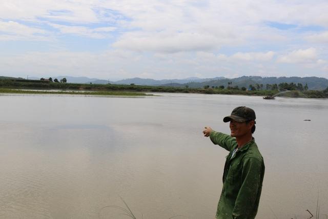 Diện tích đất theo sổ đỏ của anh Hoàn đáng lẽ phải kéo dài đến phía dải đất giữa sông.