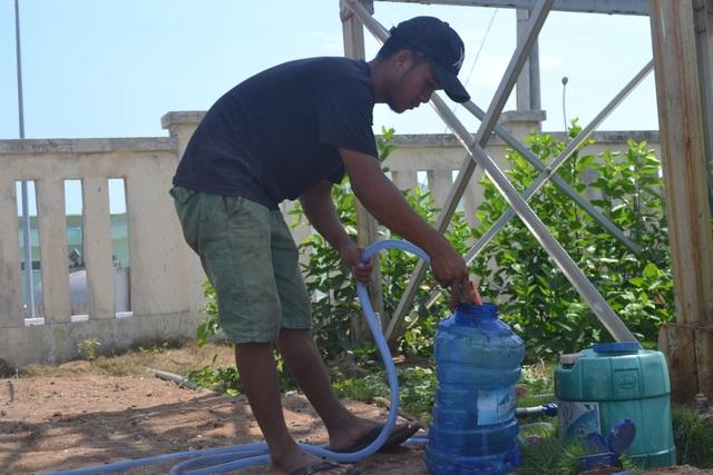 Người dân đảo Bé phải mang can nhựa đến nhà máy lấy nước về sử dụng