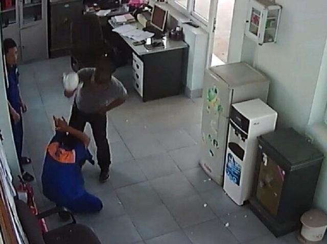 Cho rằng nhân viên cây xăng bơm xăng thiếu, đối tượng đã tấn công gây thương tích cho nhân viên này (ảnh QTV)