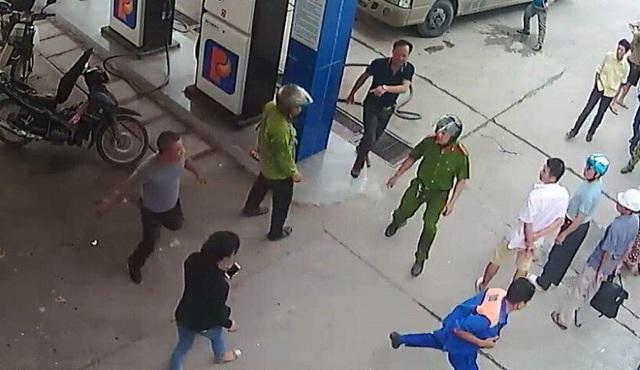 Khi lực lượng công an đến, đối tượng vẫn tiếp tục tấn công nhân viên cây xăng (ảnh QTV)