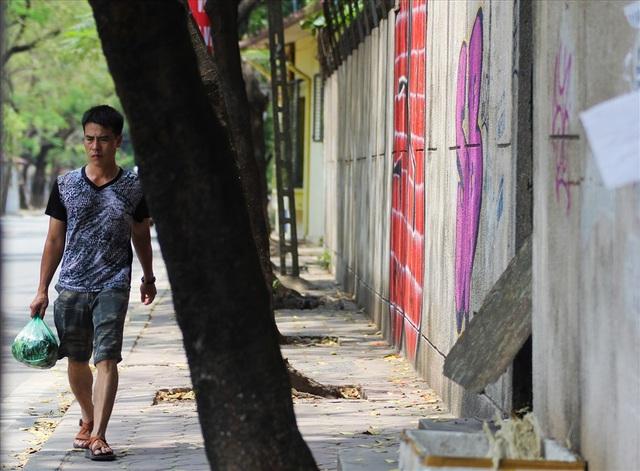 Bức tường phía góc trái ngôi nhà bị phủ kín nhiều hình ảnh, chữ viết bằng sơn. Làm ảnh hưởng đến cảnh quan chung của cả khu vực.