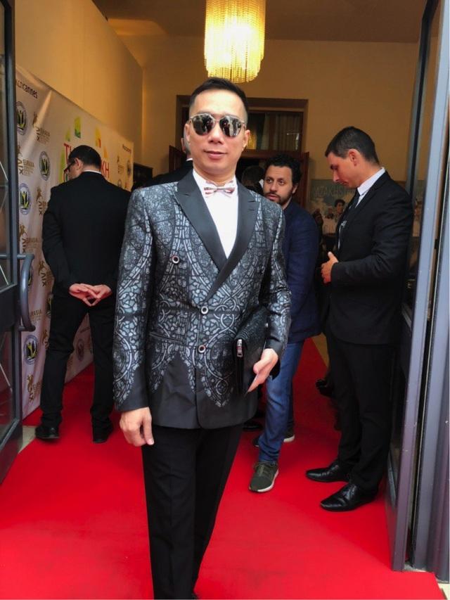 NTK Đỗ Trịnh Hoài Nam tại Cannes 2018 ngày 2. NTK luôn mong muốn quảng bá văn hoá áo dài và thời trang Việt đến bạn bè quốc tế.