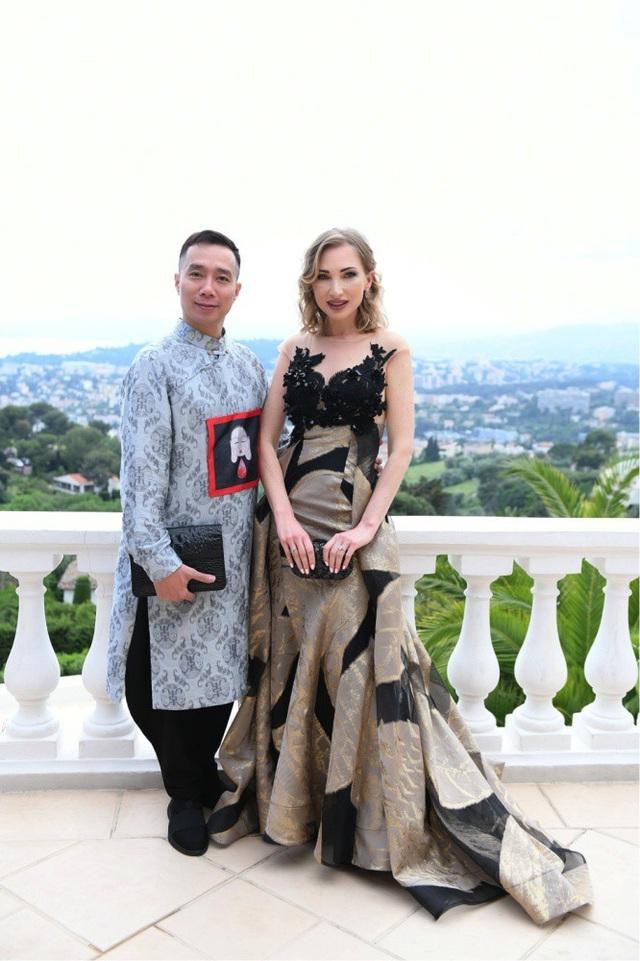 NTK Đỗ Trịnh Hoài Nam chụp hình lưu niệm cùng người mẫu Tatiana.