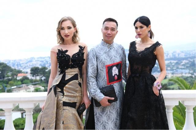NTK Đỗ Trịnh Hoài Nam cùng các người mẫu Rhizlane Larhmati (váy đen) và người mẫu người Tatiana.