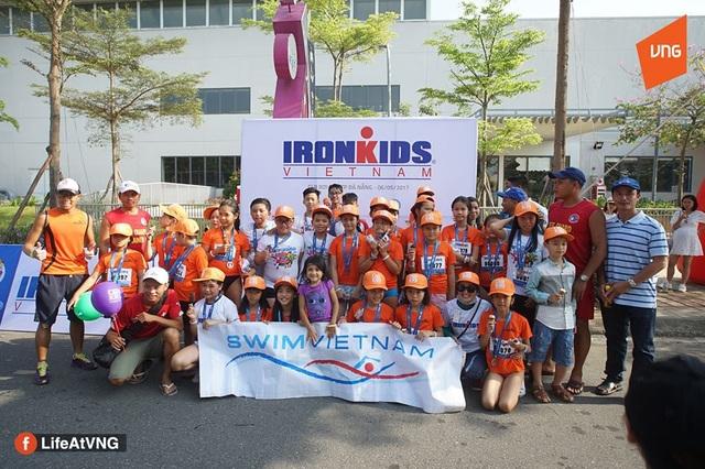 Các em thiếu nhi thuộc tổ chức Phòng chống tai nạn đuối nước trẻ em miền Trung (SwimVietnam) tham gia cuộc thi Ironkids với sự tài trợ của Công ty CP VNG