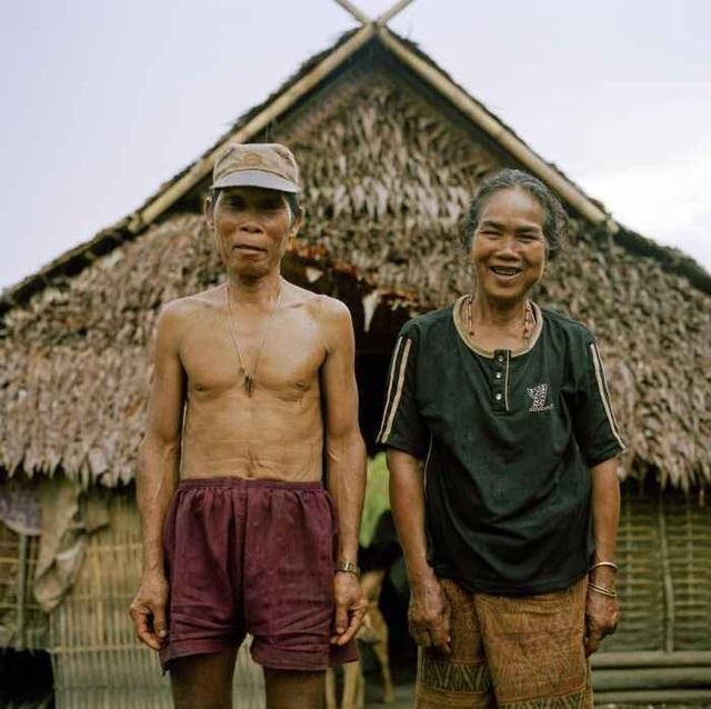 Bà Kampan, 55 tuổi, chụp ảnh cùng chồng