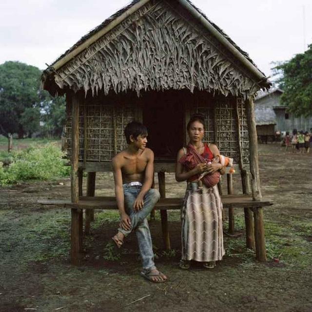 Gaham, 21 tuổi, chụp ảnh cùng chồng con trước căn chòi tình yêu