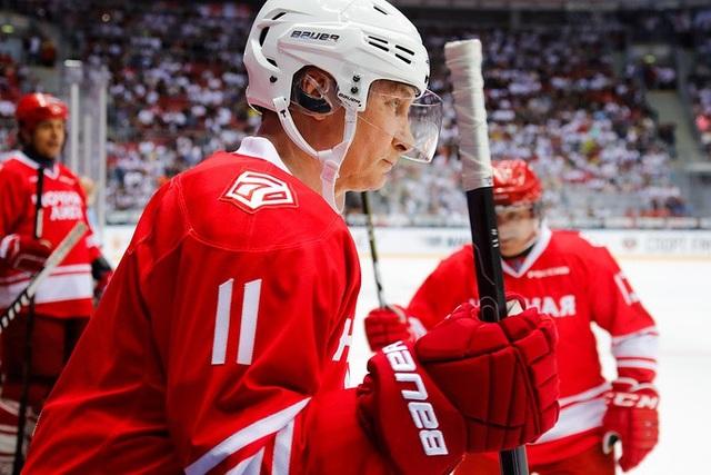 Tổng thống Putin đã tham gia trận giao hữu khúc côn cầu trên băng tại nhà thi đấu Bolshoi Ice Dome ở thành phố Sochi, Nga hôm qua 10/5. Hai đội chơi gồm các vận động viên nghiệp dư, các nhà vô địch Olympic, các quan chức và tỷ phú Nga. (Ảnh: TASS)
