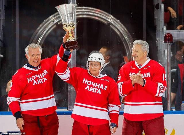 Ông Putin nâng cúp cùng đồng đội (Ảnh: TASS)