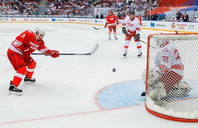 Tổng thống Putin mặc đồng phục thi đấu màu đỏ và mang số áo 11. Trong trận giao hữu khúc côn cầu tại Sochi hồi năm ngoái, ông Putin cũng mặc trang phục với số áo tương tự. (Ảnh: TASS)