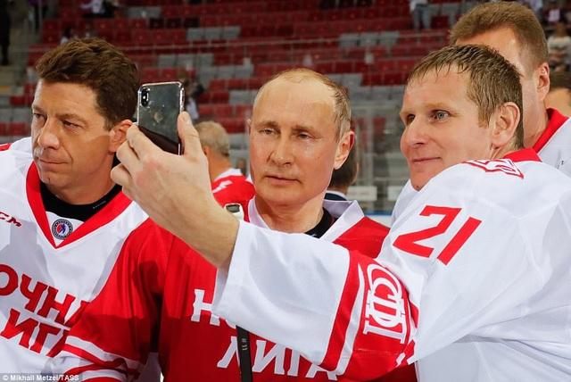 Ông Putin là người đam mê thể thao và các hoạt động ngoài trời. Nhà lãnh đạo Nga từng được nhìn thấy tham gia nhiều hoạt động thể chất như bơi lội, judo, cưỡi ngựa, đua xe công thức 1,… (Ảnh: TASS)