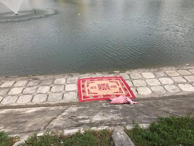 Nơi phát hiện thi thể người đàn ông được đưa lên bờ tại hồ Ngọc Khánh.