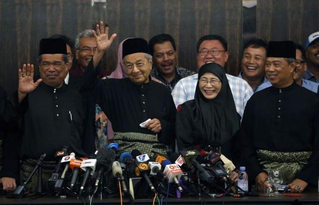 Lê tuyên thệ diễn ra vào khoảng 21h30 tối qua theo giờ địa phương sau khi Quốc vương Malaysia Sultan Muhammad V phê chuẩn chức danh và yêu cầu ông Mahathir thành lập chính phủ mới theo quy định tại Hiến pháp Malaysia. (Ảnh: Razak Ghazali)