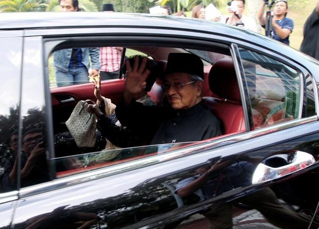 Ngày 10/5, chính trị gia dày dạn kinh nghiệm Mahathir Mohamad đã nhậm chức Thủ tướng Malaysia sau khi liên minh đảng đối lập do ông đứng đầu giành chiến thắng lịch sử trong cuộc bầu cử diễn ra trước đó. (Ảnh: Reuters)