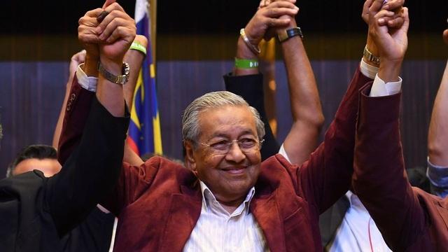 Ngày 9/5, liên minh đối lập Pakatan Harapan (PH) do ông Mahathir dẫn đầu đã giành thắng lợi lịch sử liên minh cầm quyền Barisan Nasional (BN) của cựu Thủ tướng Najib Razak. Đây là lần đầu tiên trong lịch sử của Malaysia kể từ khi giành độc lập từ Anh vào năm 1957, một liên minh đối lập mới giành chiến thắng trong bầu cử. Điều đáng nói là trước đó, ông Mahathir từng là Thủ tướng Malaysia và tham gia liên minh BN (cầm quyền từ năm 1981-2003). Nhưng sau khi một số nghi án tham nhũng có liên quan đến ông Najib bị phanh phui gần đây, ông Mahathir cảm thấy thất vọng với liên minh BN và đã gia nhập liên minh PH và trở lại chính trường khi đã ngoài 90 tuổi. Trong ảnh: Người ủng hộ ông Mahathir ăn mừng trước chiến thắng lịch sử. (Ảnh: Getty)