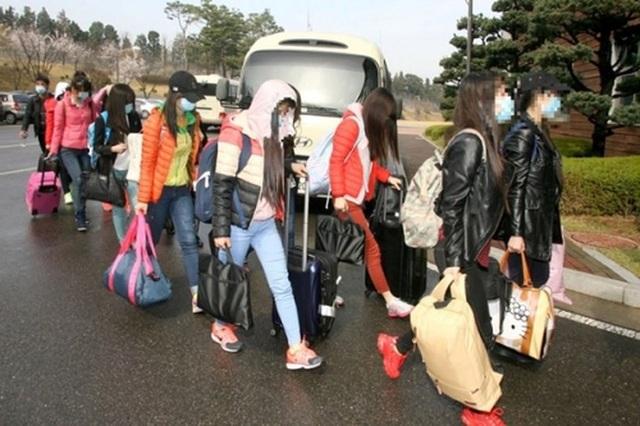 Quản lý và các nhân viên nhà hàng Triều Tiên tại Trung Quốc đã đào tẩu sang Hàn Quốc (Ảnh: AP)