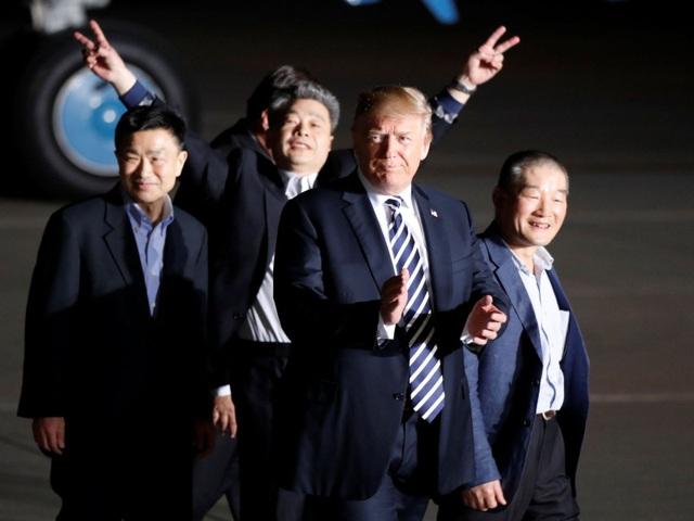Tổng thống Trump đón 3 công dân Mỹ được Triều Tiên trả tự do hôm 10/5 (Ảnh: Sky)