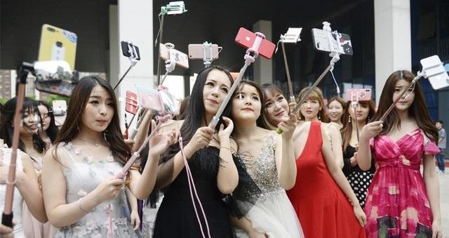 Dàn bóng hồng tới trường đào tạo sao mạng ở Vũ Hán. (Ảnh: Sina)