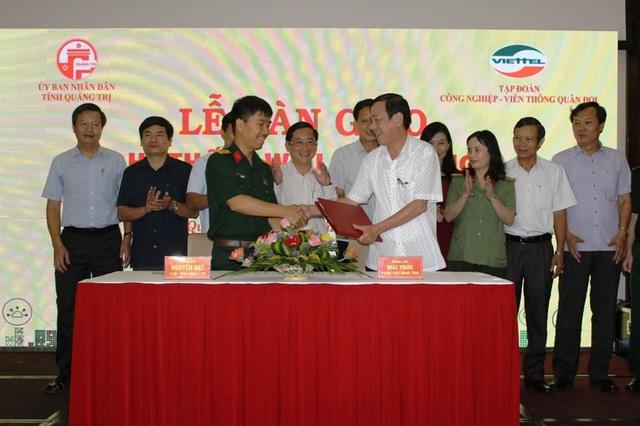 Lãnh đạo tỉnh Quảng Trị và đại diện Viettel bàn giao hệ thống wifi công cộng