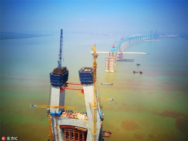 Cầu nằm trên sông Trường Giang, là công trình trọng điểm của mạng lưới đường sắt cao tốc tại Trung Quốc