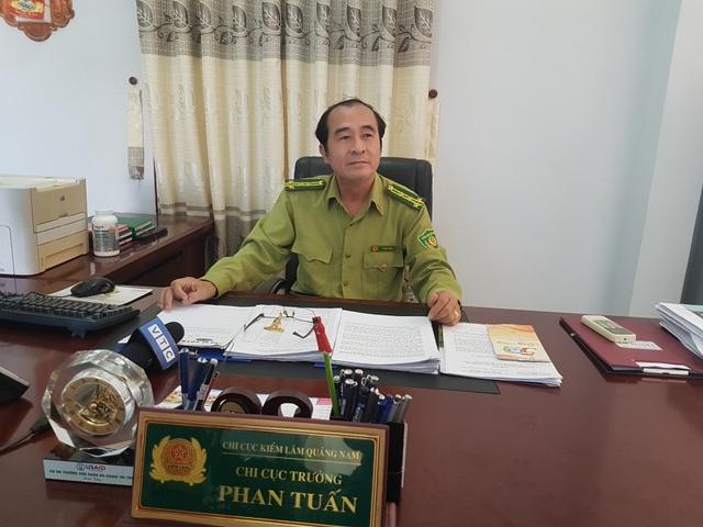 Ông Phan Tuấn – Chi cục trưởng Chi cục kiểm lâm Quảng Nam trao đổi với PV